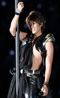 NEWS小山慶一郎、「ステージ上でブラジャー振りまわしたい!」