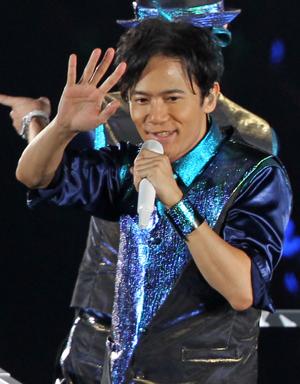 ファンに手を振る稲垣吾郎